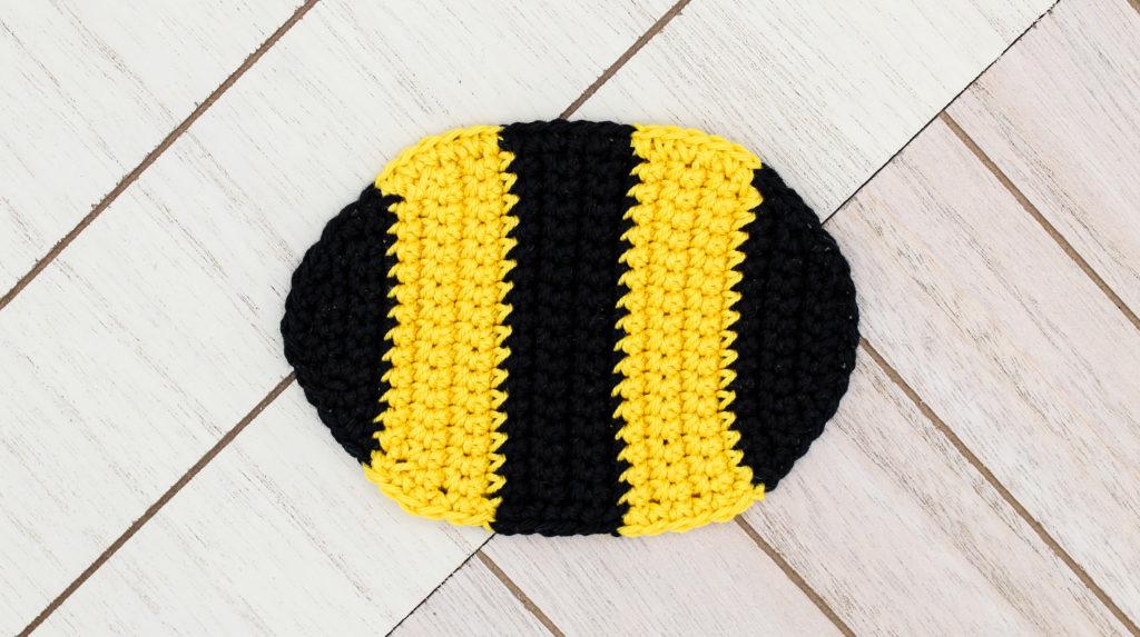 Kostenlose Häkelanleitung Kinderwagenanhänger Biene gehäkelt