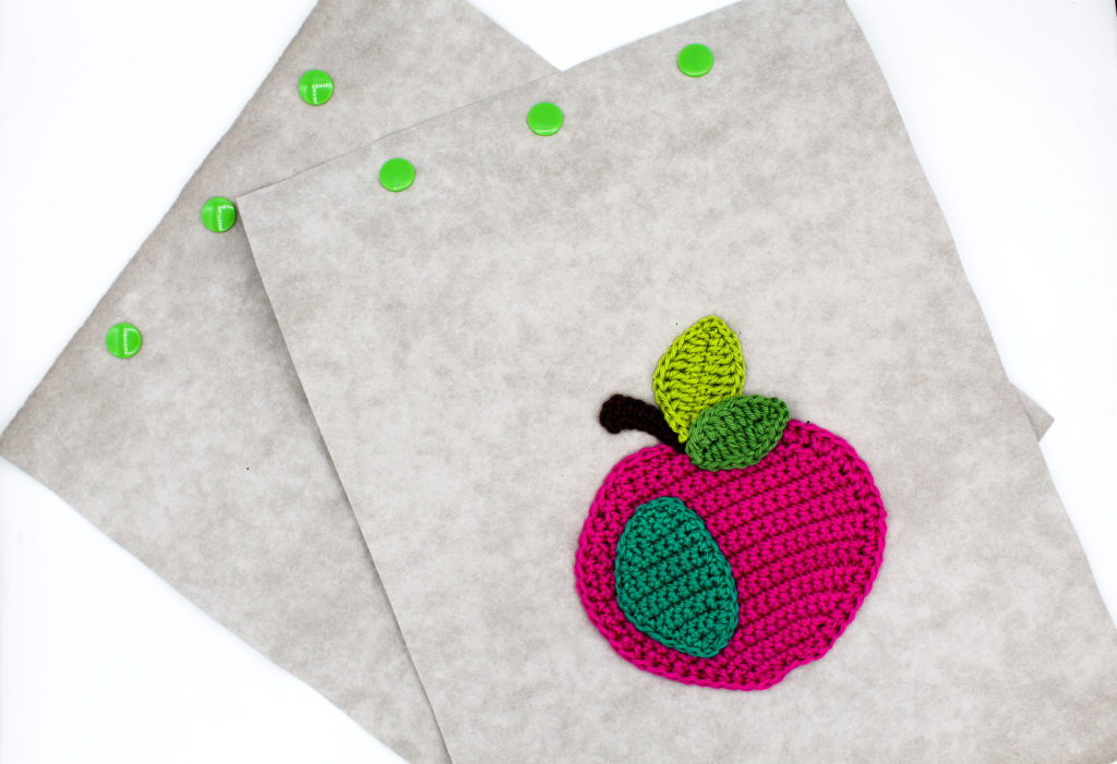 Snaps fertig anbringen Frau Line Gratisanleitung genähte Geschenke Häkelanleitung Apfel