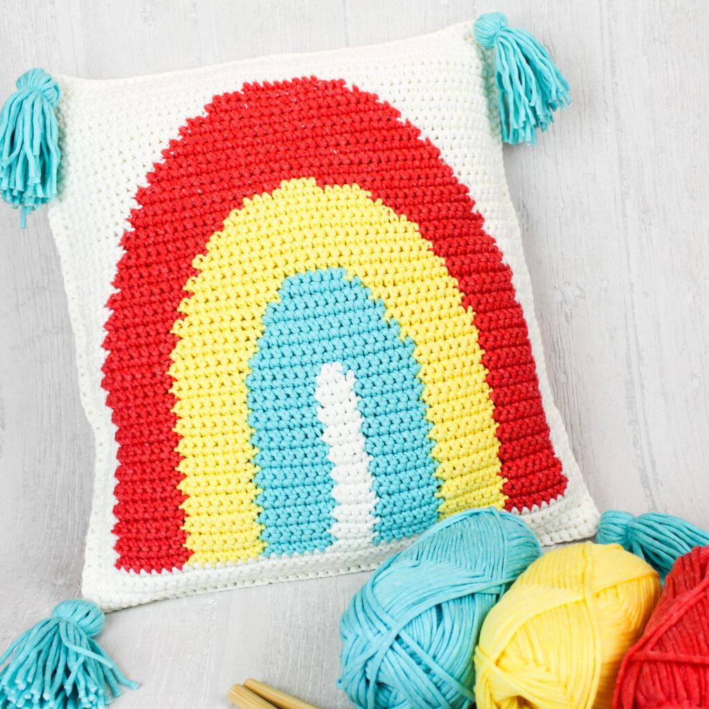 Kostenlose Anleitung gehäkeltes Kissen mit Regenbogen Intarsien